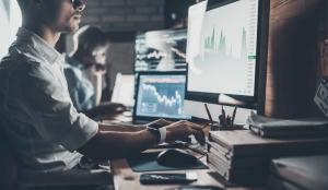 Automatyzacja sprzedaży B2B - osoba korzystająca z narzędzi do automatyzacji